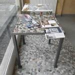 tavolo con ciottoli di fiume e resina