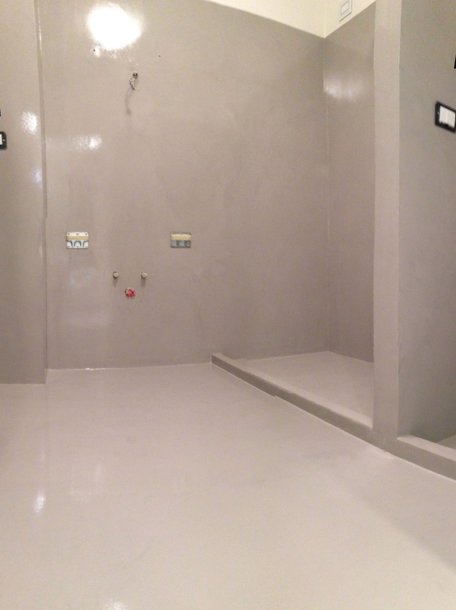 Bagno doccia in resina enni color - Pavimento resina bagno ...