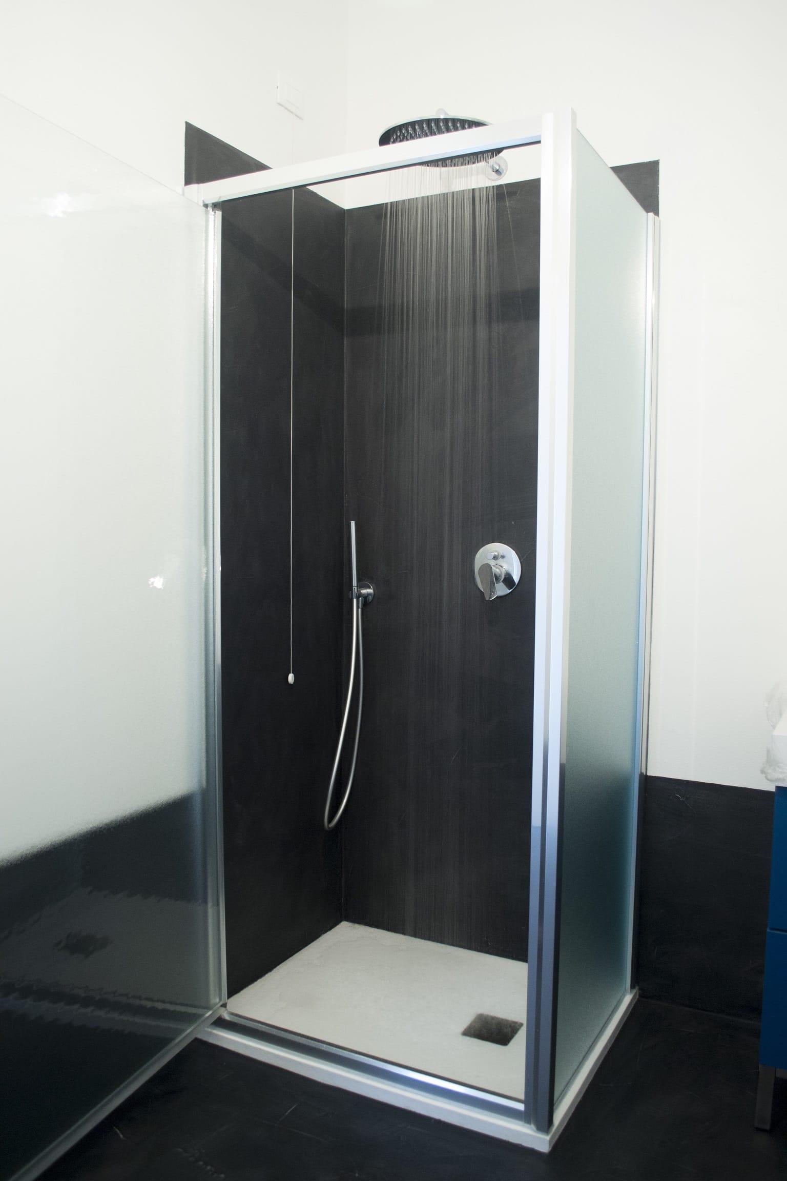 Pavimento resina nera per un bagno - Pavimento resina bagno ...
