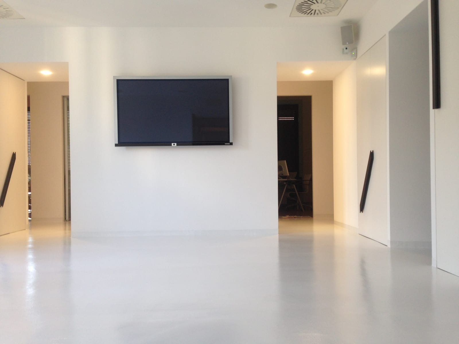 pavimento resina bianca materica – ENNI COLOR