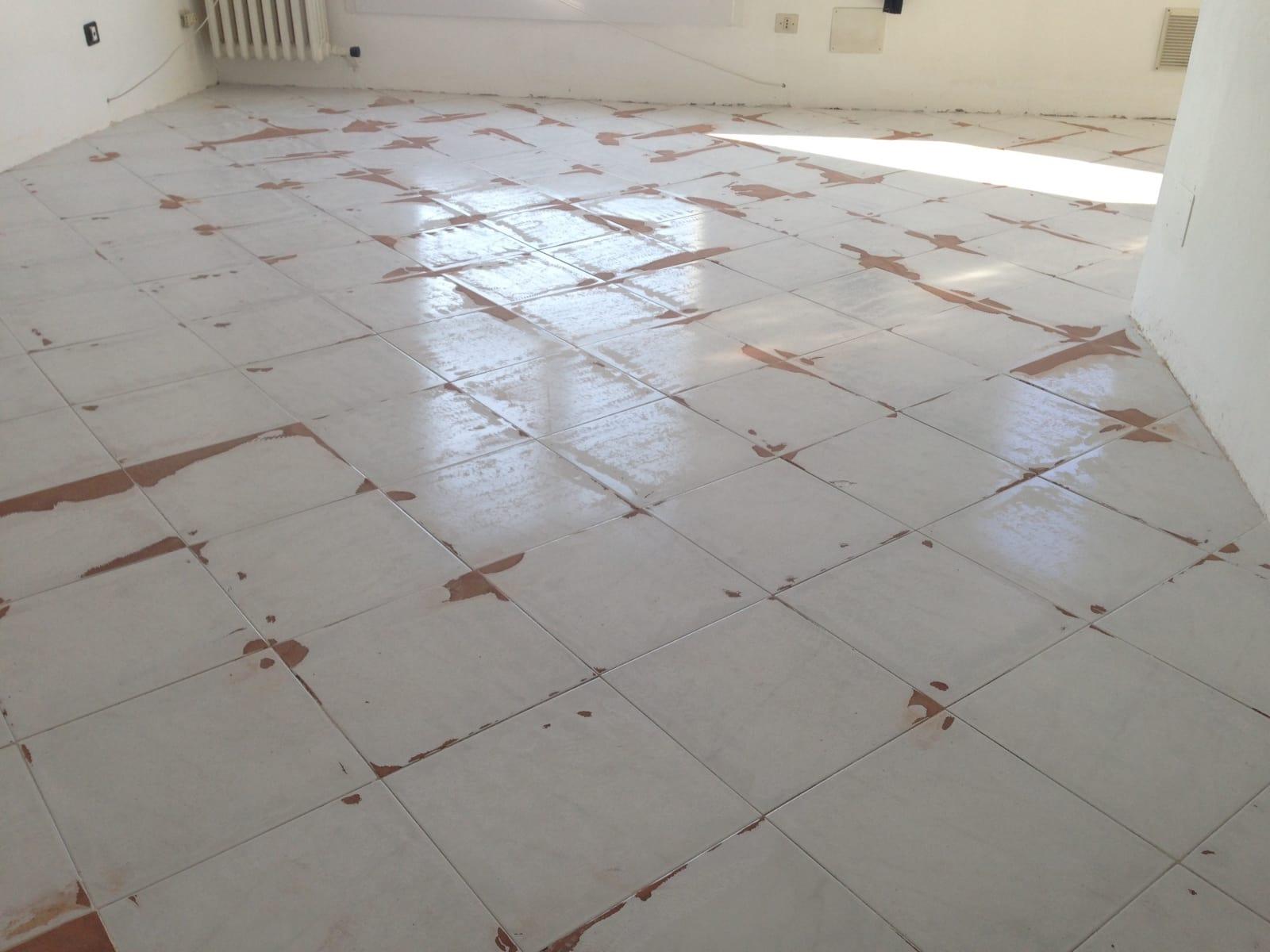 Come scegliere un pavimento in resina - Piastrelle da incollare su pavimento esistente ...