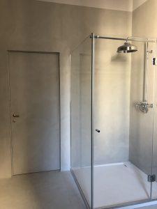 bagno e porta in microcemento